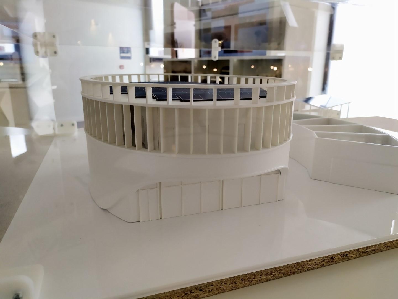 Maquette en impression 3d du bâtiment nommé TOTEM du CEA Tech Occitanie, qui fonctionne en complète autonomie énergétique.
