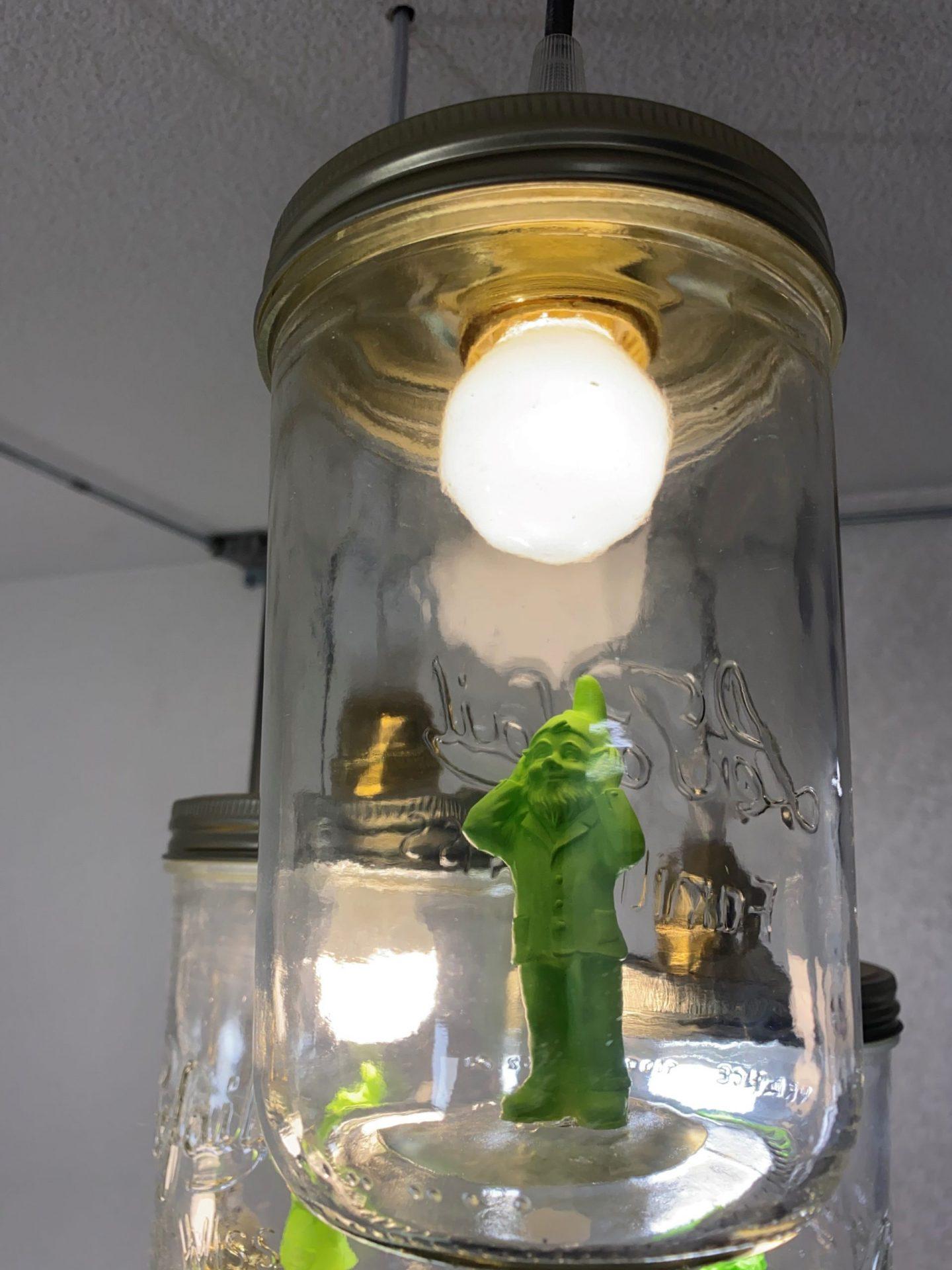 Image de reproductions d'une figurine d'Ottmar Hörl en impression 3D mise en scène dans une lampe
